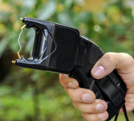 Elektroimpulswaffe - Ein Stromschocker verpasst dem Angreifer bei Berührung einen Schlag