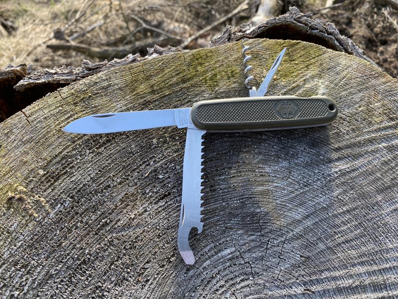 Das alte Bundeswehr Armeemesser mit seinen Werkzeugen